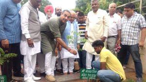 जनसंघ के संस्थापक डॉ. श्यामा प्रसाद मुखर्जी के जन्मदिवस पर भारतीय जनता पार्टी द्वारा राष्ट्रीय स्तर पर संगठन पर्व सदस्यता अभियान के अंतर्गत चण्डीगढ़ भाजपा द्वारा भी आज पार्टी कार्यालय कमलम में केन्द्रीय कृषि मंत्री नरेन्द्र सिंह तोमर के कर कमलों द्वारा शुभारंभ किया गया। इस कार्यक्रम में चण्डीगढ़ भाजपा के प्रदेश अध्यक्ष संजय टंडन, संगठन महासचिव दिनेश कुमार, पूर्व सांसद सत्यपाल जैन, सदस्यता अभियान प्रमुख रामवीर भट्टी व सह-प्रमुख सतिन्द्र सिंह, मेयर राजेश कालिया, महासचिव प्रेम कौशिक व चन्द्रशेखर, सहित पार्टी के सैंकड़ों पदाधिकारियों और कार्यकर्ताओं ने भाग लिया।
