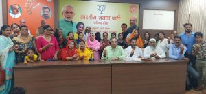 : केंद्र में मोदी सरकार द्वारा मुस्लिम महिलायों के हितों की रक्षा हेतु तीन तलाक कानून को बनाने को लेकर मनोनीत पार्षद हाजी मोहम्मद खुर्शीद के नेतृत्व में अल्पसंख्यक समुदाय के लोगों ने पार्टी कार्यालय कमलम् में भारतीय जनता पार्टी चंडीगढ़ के प्रदेश अध्यक्ष संजय टंडन से भेंटवार्ता की और आभार व्यक्त किया   इस अवसर पर मुस्लि: केंद्र में मोदी सरकार द्वारा मुस्लिम महिलायों के हितों की रक्षा हेतु तीन तलाक कानून को बनाने को लेकर मनोनीत पार्षद हाजी मोहम्मद खुर्शीद के नेतृत्व में अल्पसंख्यक समुदाय के लोगों ने पार्टी कार्यालय कमलम् में भारतीय जनता पार्टी चंडीगढ़ के प्रदेश अध्यक्ष संजय टंडन से भेंटवार्ता की और आभार व्यक्त किया   इस अवसर पर मुस्लिम महिलायों ने लड्डू खिला कर प्रदेशाध्यक्ष टंडन का मुंह मीठा करवाया   म महिलायों ने लड्डू खिला कर प्रदेशाध्यक्ष टंडन का मुंह मीठा करवाया  